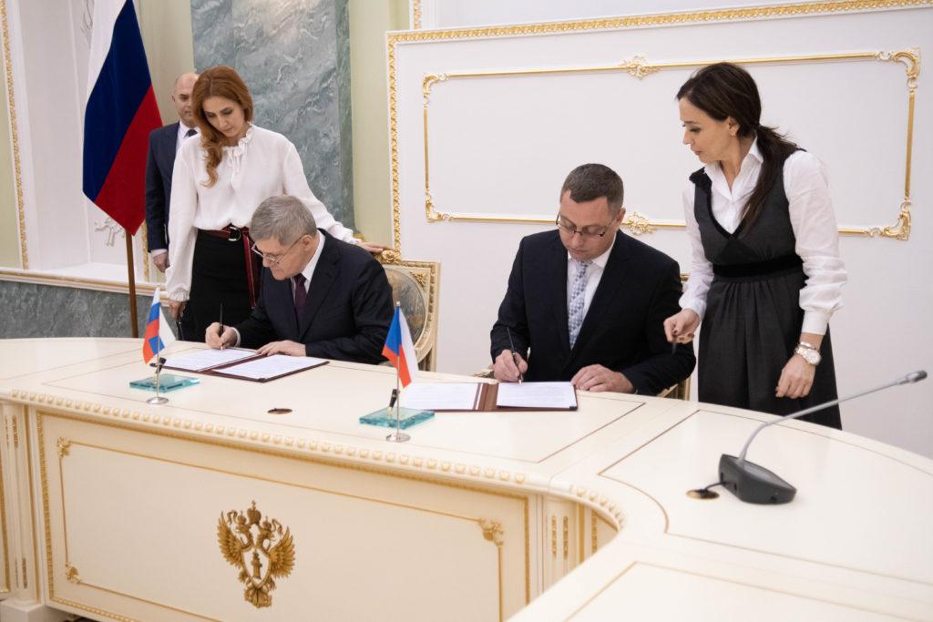 Pavel Zeman a Jurij Čajka podepisují dodatek k Memorandu o spolupráci