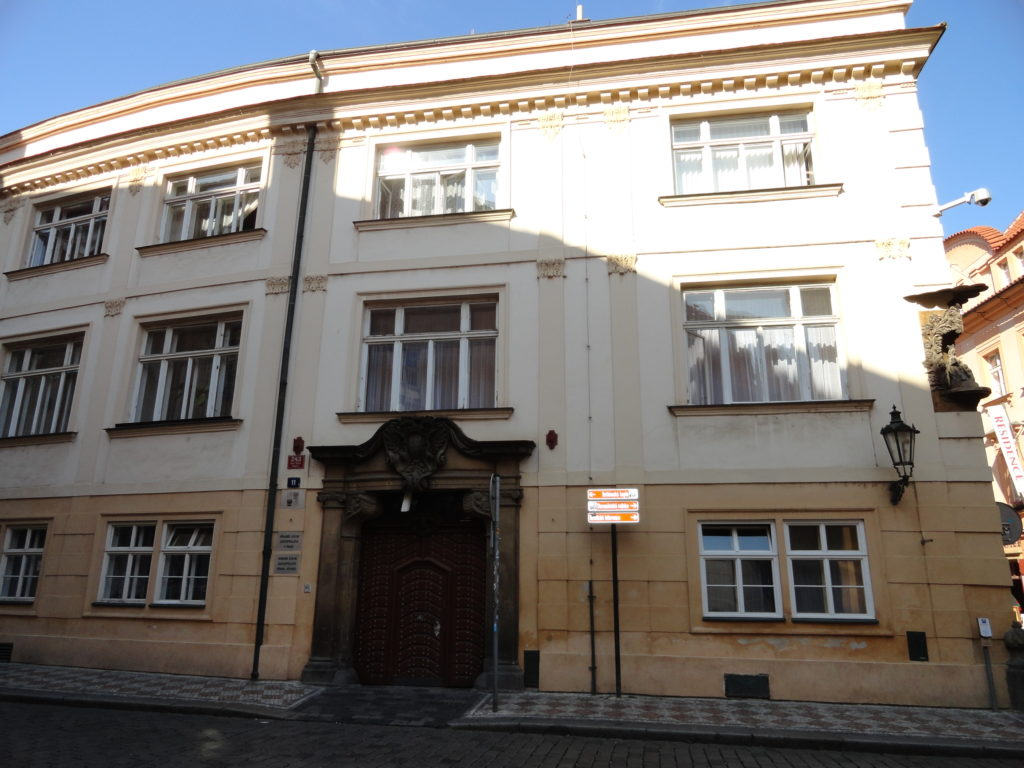 Fotografie budovy Krajského státního zastupitelství v Praze.